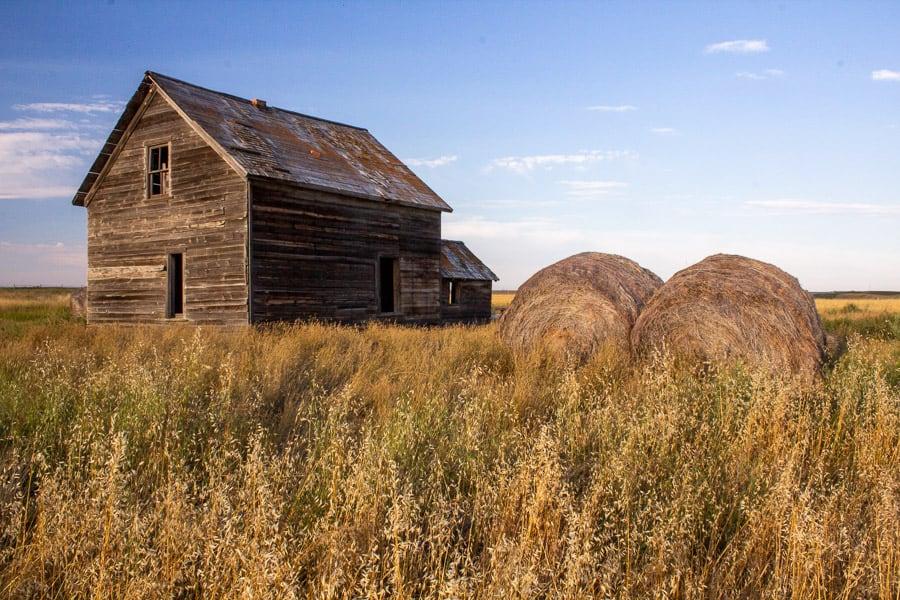 A barn along the way to Lethbridge.