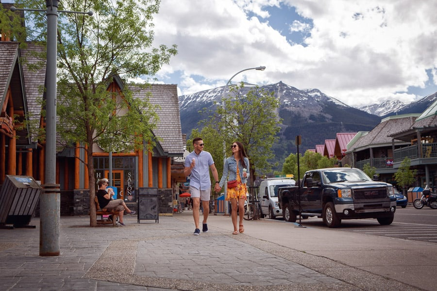 3 days in Jasper includes shopping. A couple enjoys an ice cream while shopping in the Jasper downtown.